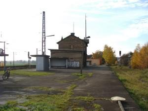 Der Bahnhof in Niederwalgern, einem Ortsteil der Gemeinde Weimar (Lahn), ein eigentlicher Keilbahnhof der alsbald auf seinen Ausbau wartet. Links geht die Main-Weser-Bahn Kassel-Marburg-Gießen-Frankfurt (Main) vorbei und rechts zweigte die Aar-Salzböde-Bahn nach Lohra, Gladenbach, Bad Endbach, Hartenrod und bis nach Herborn ab, wo sie nach 43 km auf die Dillstrecke mündete. Auf einem Abschnitt von 19 km wird seit kurzem der Wiederaufbau diskutiert.