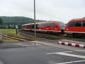 Ein Siemens Desiro ist für die Linie RB 34 der Niddertalbahn auf der Einfahrt in den Bahnhof Stockheim in der Gemeinde Glauburg (Wetteraukreis).