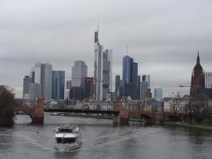 Unter dem Main hindurch, das ist die am meisten diskutierte Variante, die mit der Projektidee verbunden wird, einen Fernbahntunnel in Ost-West-Richtung durch Frankfurt zu bauen.