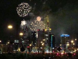 Die Frankfurter Skyline im Feuerwerk von der Camberger Brücke aus gesehen.