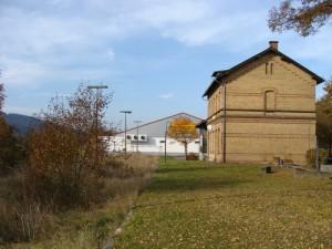 Der ehemalige Bahnhof Lohra an der früheren Aar-Salzböde-Bahn. Im Hintergrund steht ein Supermarkt mitten auf der Bahntrasse. Werden die Ideen der Kurhessenbahn für eine neue Salzbödebahn Wirklichkeit, müsste an solchen Stellen vom alten Trassenverlauf abgewichen werden.