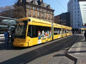 """Eine Straßenbahn in Mainz mit der Werbung für die als """"Mainzelbahn"""" bezeichnete Netzerweiterung Ende 2016,"""
