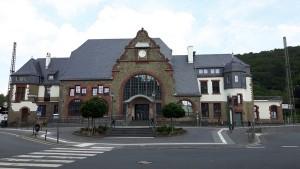 Der Bahnhof Herborn von der Straßenseite aus.