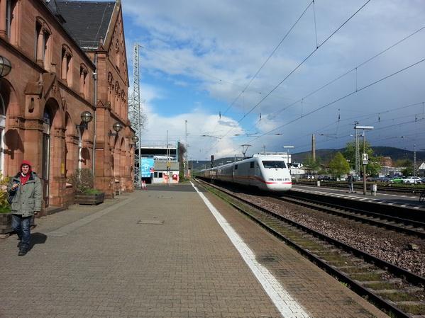 Ein ICE fährt von Fulda kommend durch Gelnhausen weiter nach Frankfurt am Main auf der Bestandsstrecke durchs Kinzigtal.