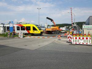 Der Bahnübergang Edekastraße in Buseck am Tag nach dem Bahnunfall, der sich am 22.05.2018 ereignete.