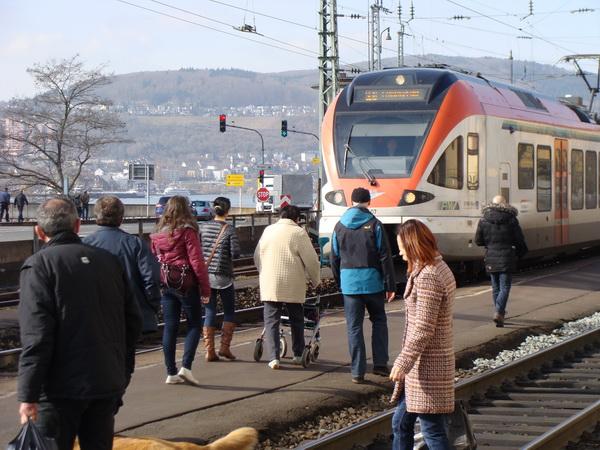 Ein Zug der Linie RB 10 (VIAS-Verkehrsgesellschaft / Rheingaulinie) fährt in den Bahnhof Rüdesheim ein.