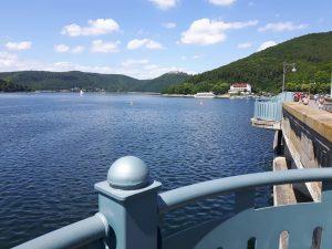 Der Edersee, der größte See Hessens mit 28,5 km Länge und 11,2 qkm Fläche der größte See Hessens ein beliebtes Ausflugsziel.