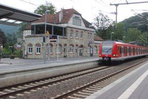 Bahnhof Eppstein mit dem historischen Bahnhofsgebäude und idealer Nutzung. Davor der Bahnsteig mit der einfahrenden S 2 auf dem Weg von Dietzenbach nach Niedernhausen.