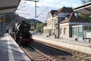 Dampfzug am Morgen des Bahnhofsfestes in Eppstein im April 2018, im Hintergrund der neue Eppsteiner Tunnel, der vor wenigen Jahren eröffnet wurde.