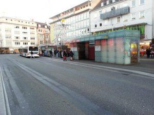 Der Marktplatz mit Spurrillen im Asphalt vor dem Umbau, eine Gefahr nicht nur für Radfahrer und Fahrgäste.