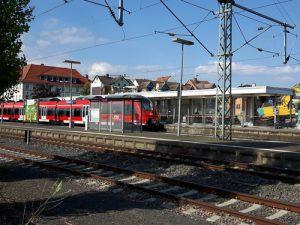Der Bahnhof von Butzbach im Sommer 2018 während der Abbruch des Bahnhofsgebäudes, einem Zweckbau aus den 1960er Jahren.