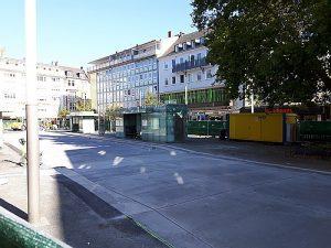 Ein Blick über den Zaun, die neue Betonfahrbahn der Bushaltestellen auf dem Gießener Marktplatz am 14.10.2018.