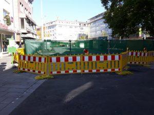 """Der Marktplatz in Gießen am 14.10.2018, die Fahrbahn noch """"verhüllt"""" mit Bauzaun und grünen Stoffbahnen."""
