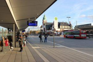 Der Busbahnhof mit dem historischen Bahnhofsgebäude von Bad Homburg.