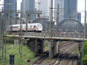 Der Blick auf den Frankfurter Hauptbahnhof und die Skyline aus Richtung Westen vom Standort Camberger Brücke. Werden neben den Kopfbahnhofgleisen und den unterirdischen S-Bahn-Gleisen in Zukunft auch noch unterirdische Fernzuggleise vorhanden sein?