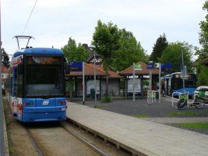 Heute endet die Straßenbahn-Linie 4 an der Endhaltestelle Druseltal und man muss in die Buslinie 22 (rechts) umsteigen.
