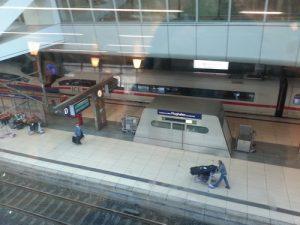 Ein Blick auf die Gleise des Fernbahnhofs am Frankfurter Flughafen, Blick aus der DB Lounge.