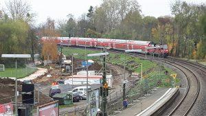 """Die S-Bahn-Station """"Bad Vilbel Süd"""" im Vordergrund der Bahnsteig und rechts das Baufeld für den viergleisigen Ausbau. Auch hier wird über die Gleise gesprungen. Das muss unterbunden werden aber bitte mit mehr Fahrgastinformation."""