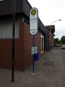 """Mücke-Flensungen, Post, eine Haltestelle mit dem Namen """"Post"""", bei der sichtbar in direkter Nachbarschaft stehenden Gebäude die Post verlorengegangen ist. Die Post ist hier schon lange zu."""