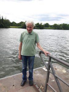 Auch der frühere Landesvorsitzende Hermann Hoffmann ist mit seinen inzwischen 88 Jahren extra von Kassel nach Hanau gekommen. Hier beim Pausenspaziergang am Main in Nähe des Versammlungslokals.