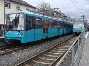 Zwei U-Bahn-Züge im oberirdischen Teil der A-Strecke im Stadtteil Dornbusch.