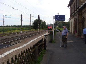 Am Bahnhof Niederwalgern sollen nach seitheriger Planung 76 cm hohe Bahnsteige entsehen. Bislang ist noch der alte Zustand vorhanden. Wenn die Rechtsgrundlagen vom Bundestag geändert werden, könnten auch hier 55 cm gebaut werden, so wie bei den meisten ausgebauten Stationen der Main-Weser-Bahn.