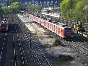 Der im Umbau befindliche Bahnhof Niedernhausen an Ostern 2020, das Foto wurde von der Brücke/Eisenbahnüberführung  Wiesbadener Straße aus gemacht, welche aufgrund der Bauschäden nun für jedweden Verkehr gesperrt ist.