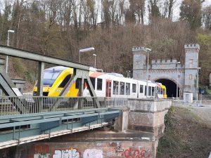 Ein Zug der RB45 auf der Lahntalbahn  vor dem Ostportal des Tunnels Weilburg.